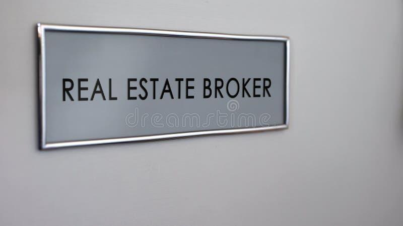 Close up da mesa da porta do escritório de corretor imobiliário, negócio da compra do apartamento, negócio ilustração do vetor
