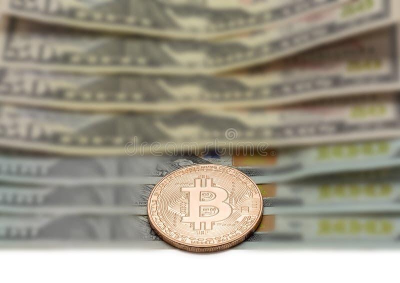 Close-up da moeda de Bitcoin da platina no fundo borrado imagens de stock royalty free