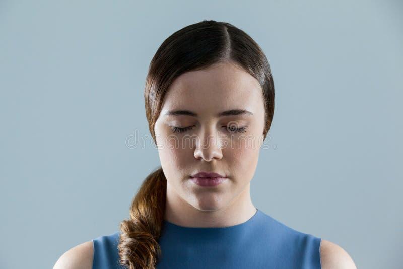 Close-up da mulher bonita com os olhos fechados foto de stock
