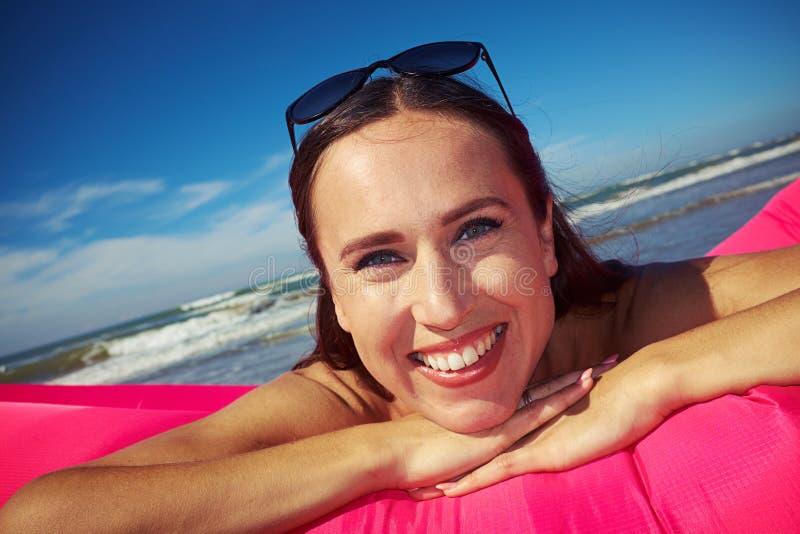 Close-up da mulher bonita exaltada e sorrindo que se está encontrando em p fotografia de stock royalty free