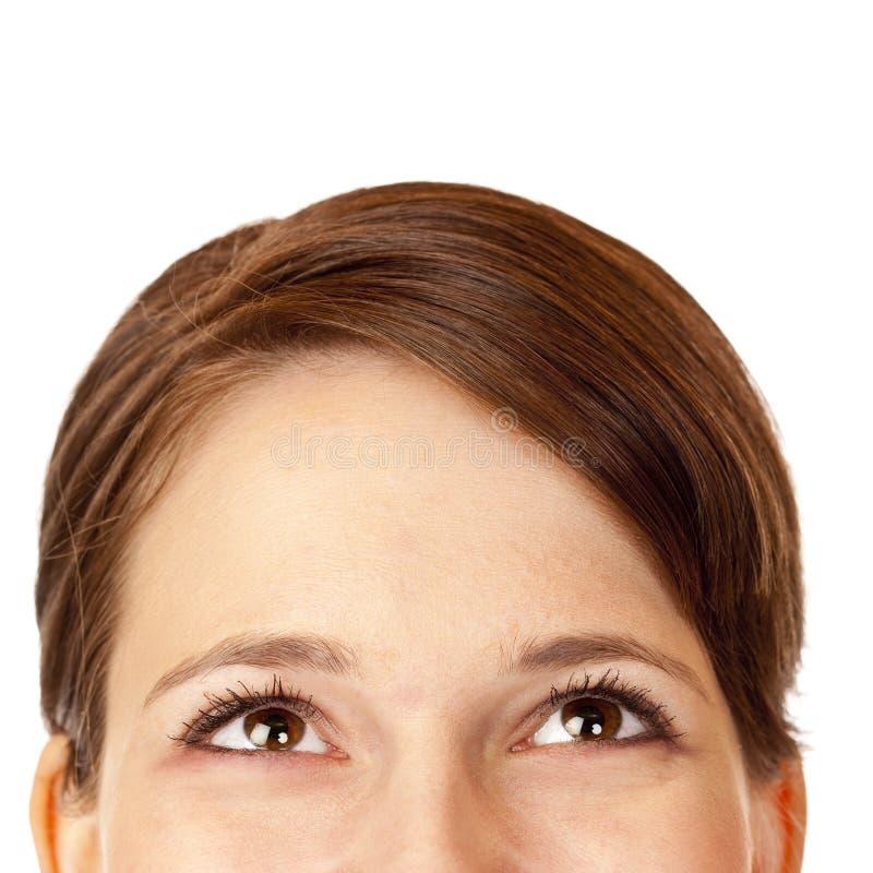 Close-up da mulher bonita que olha ascendente feliz imagem de stock royalty free