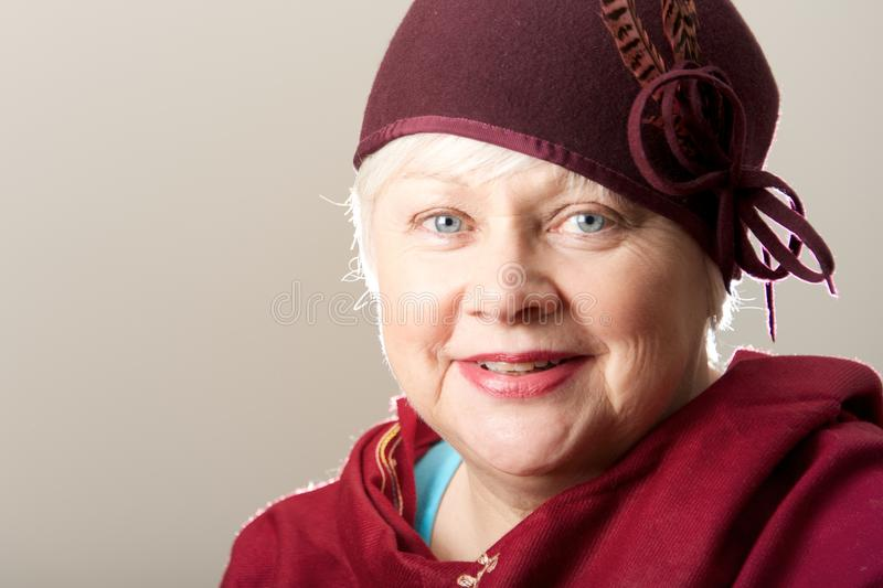 Close-up da mulher branco-de cabelo no chapéu marrom fotos de stock