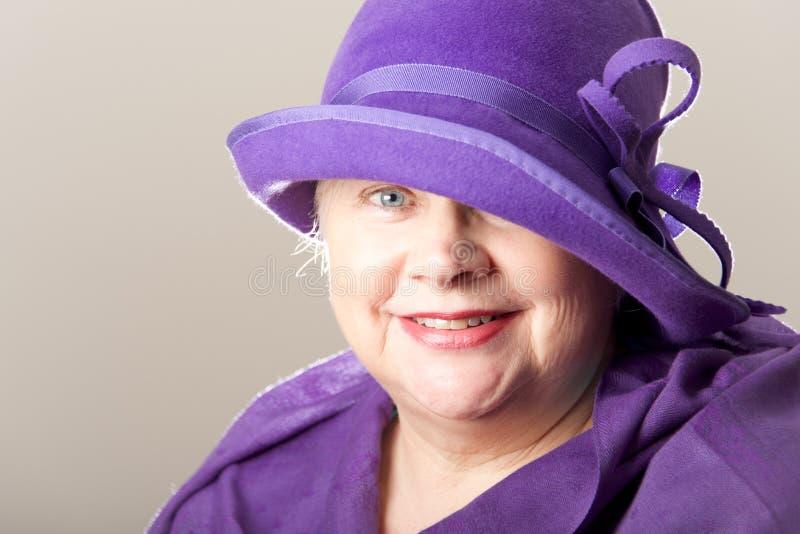 Close-up da mulher branco-de cabelo no chapéu roxo foto de stock