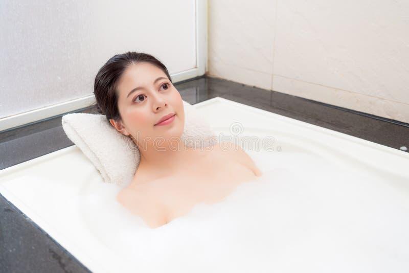 Close up da mulher de banho feliz que faz a fantasia imagem de stock royalty free