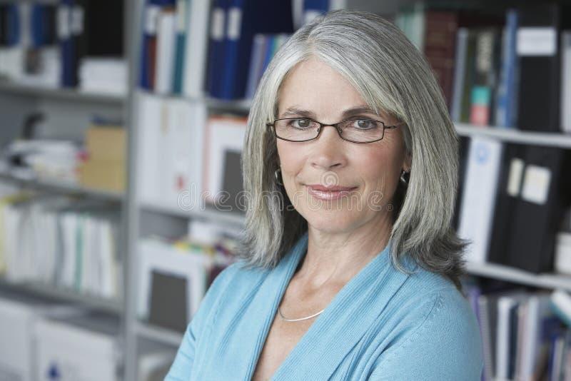 Close up da mulher de negócios envelhecida meio Smiling  fotografia de stock