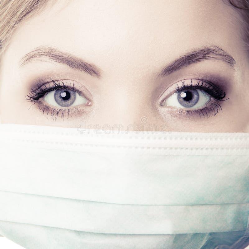 Close up da mulher na máscara protetora verde. Segurança no trabalho do risco. imagem de stock