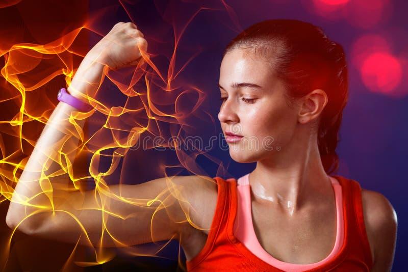 Close-up da mulher que dobra os músculos no gym imagens de stock