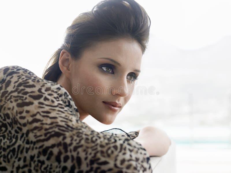 Close up da mulher que inclina-se no sofá imagem de stock royalty free