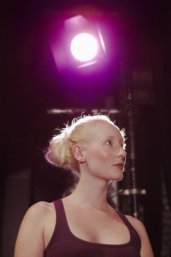 Close up da mulher que olha afastado na fase imagens de stock
