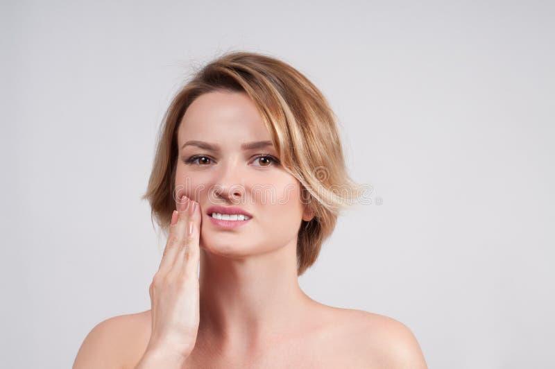 Close up da mulher que sofre da dor de dente fotografia de stock royalty free