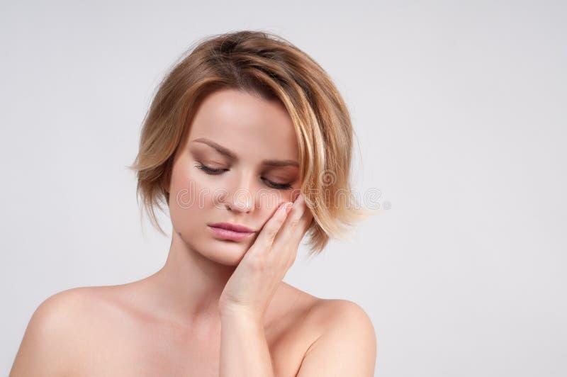 Close up da mulher que sofre da dor de dente imagem de stock royalty free