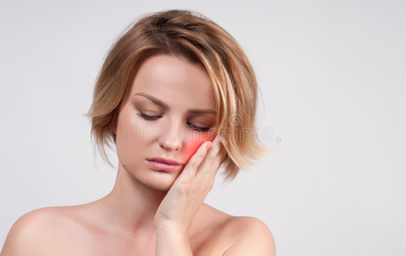 Close up da mulher que sofre da dor de dente fotos de stock