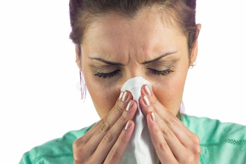 Close-up da mulher que sofre do frio com o tecido na boca fotografia de stock royalty free