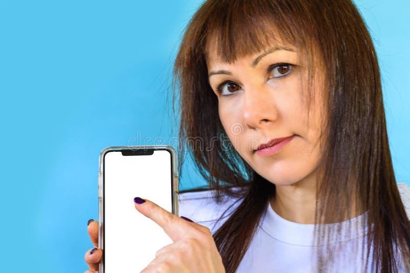 Close up da mulher que usa o smartphone Tela vazia da cor branca ascendente trocista do telefone celular fotografia de stock