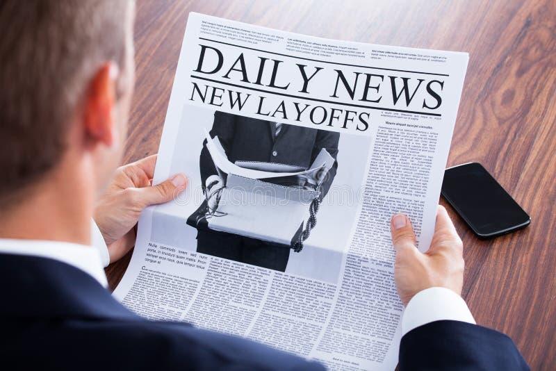 Close-up da notícia da leitura do homem de negócios fotografia de stock royalty free