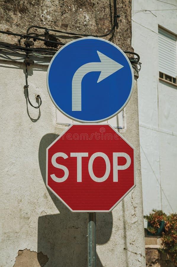 Close-up da PARADA e PARA GIRAR DIREITO À FRENTE sinais de estrada fotografia de stock royalty free