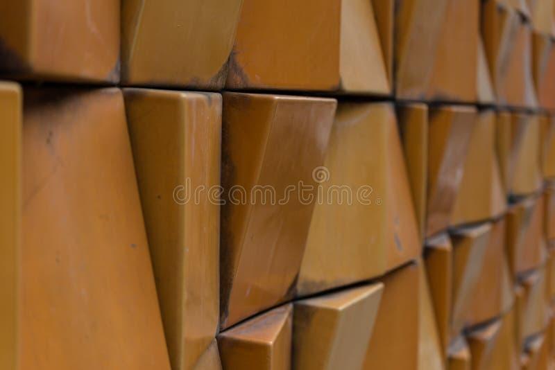Close-up da parede de tijolo decorativa com profundidade de campo rasa imagens de stock