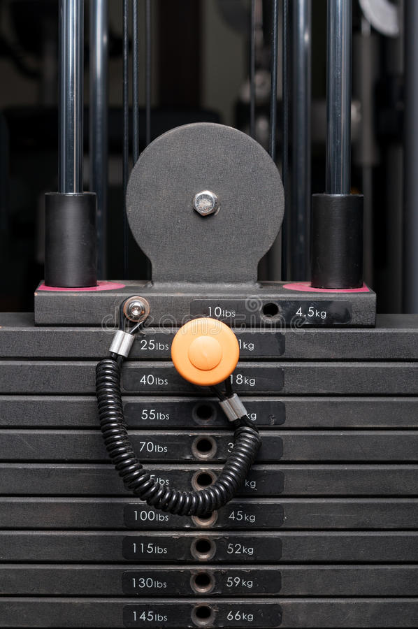 Close-up da pilha de aço do peso em um clube de aptidão imagens de stock