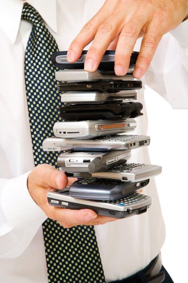 Close-up da pilha usinessman da terra arrendada de telefones fotos de stock