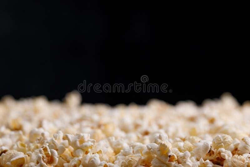 Close-up da pipoca em um fundo escuro Oscar Film Academy Concept Petiscos e alimento para olhar o filme fotografia de stock royalty free