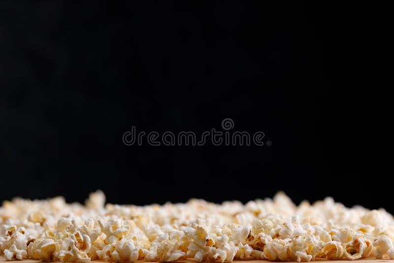 Close-up da pipoca em um fundo preto Oscar Film Academy Concept Petiscos e alimento para olhar o filme imagem de stock