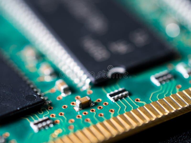 Close-up da placa de circuito com circuitos integrados, resistores e capacitores