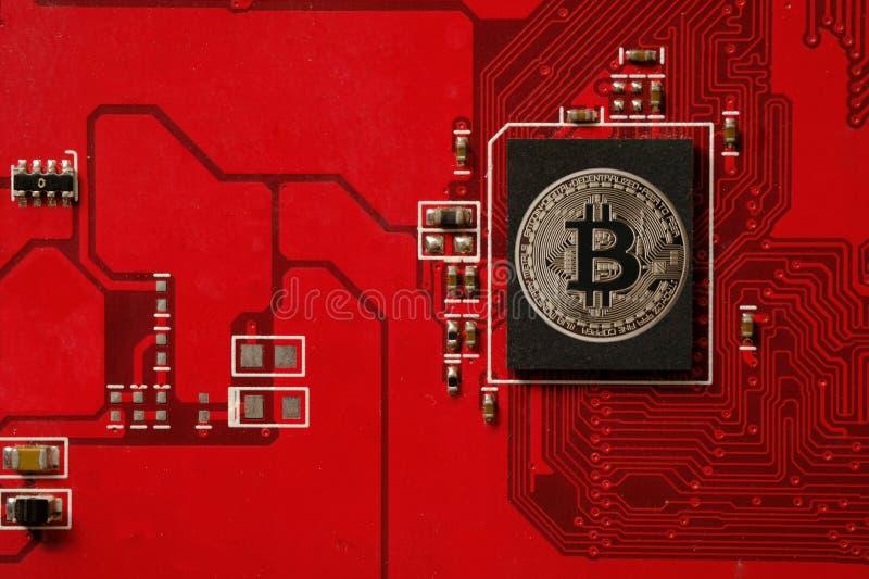 Close up da placa de circuito do bitcoin com processador fotos de stock