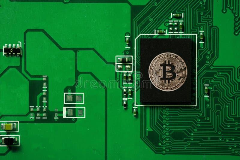 Close up da placa de circuito do bitcoin com processador do bitcoin fotos de stock