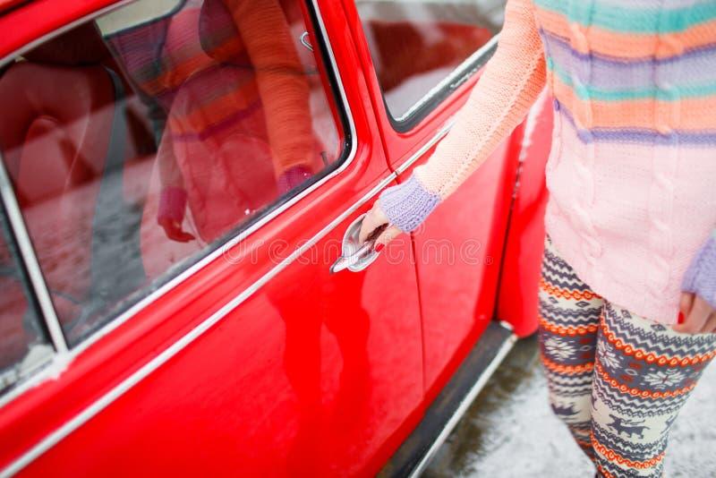 Close-up da porta de carro da abertura da jovem senhora Conceito atual favorito foto de stock