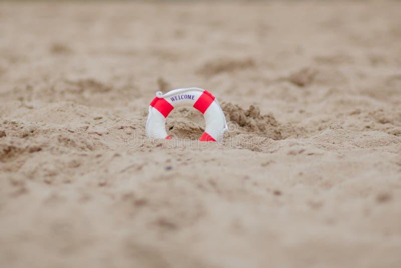 Close-up da praia diminuta de Dig In The Sand At do boia salva-vidas imagens de stock royalty free
