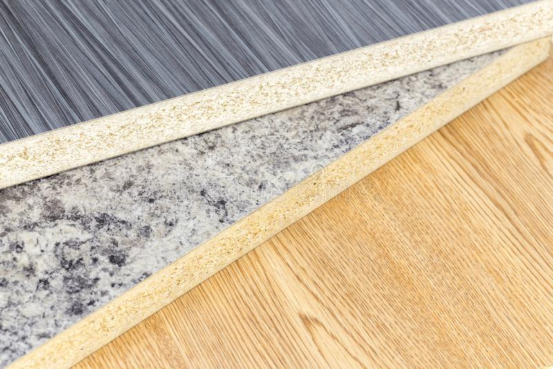 Close up da produção da oficina de tabelas de madeira na fábrica moderna imagens de stock royalty free