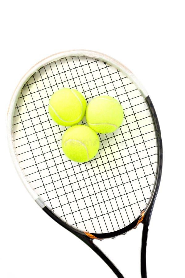 Close-up da raquete e das bolas de tênis no fundo branco imagens de stock royalty free