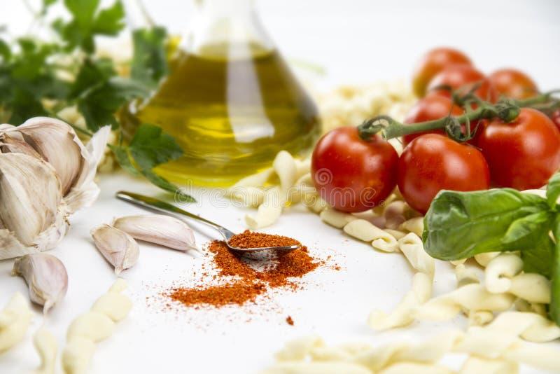 Close-up da receita típica italiana da massa: massa feito a mão da farinha de trigo do trigo duro, tomates, alho, azeite virgem e imagem de stock royalty free