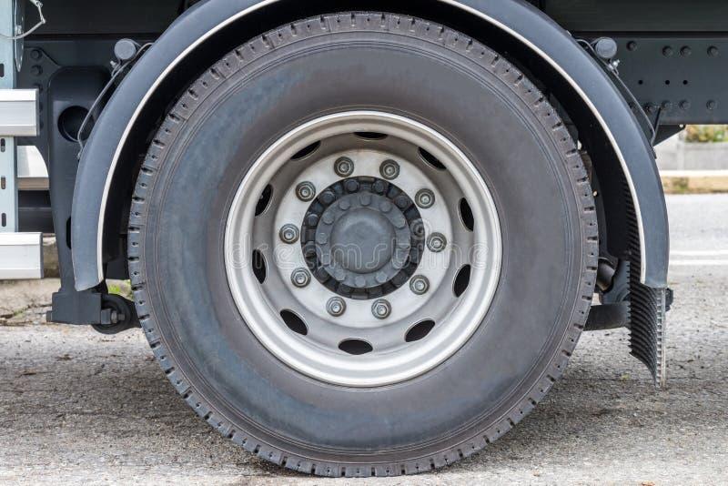 Close-up da roda do caminhão fotografia de stock