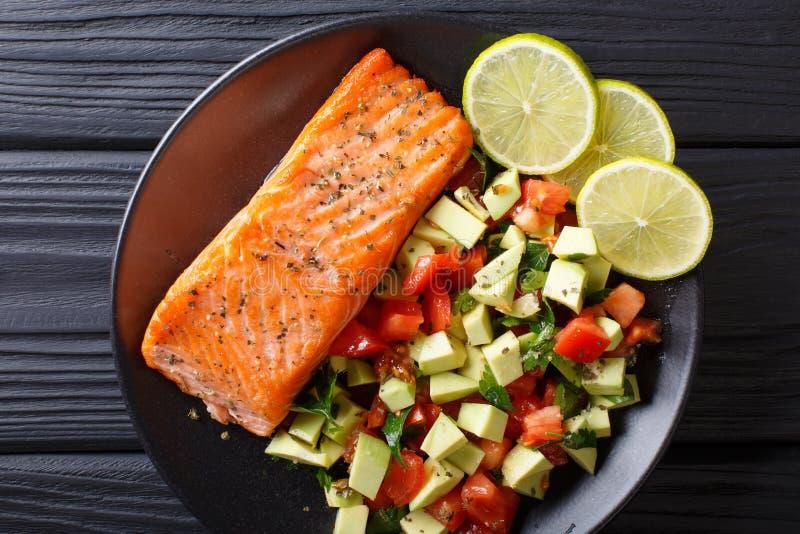Close-up da salada do bife salmon cozido picante e do legume fresco Hor imagens de stock royalty free