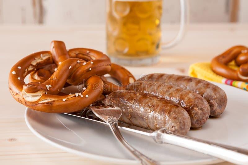 Close up da salsicha e do pretzel cozinhados bavarian fotos de stock