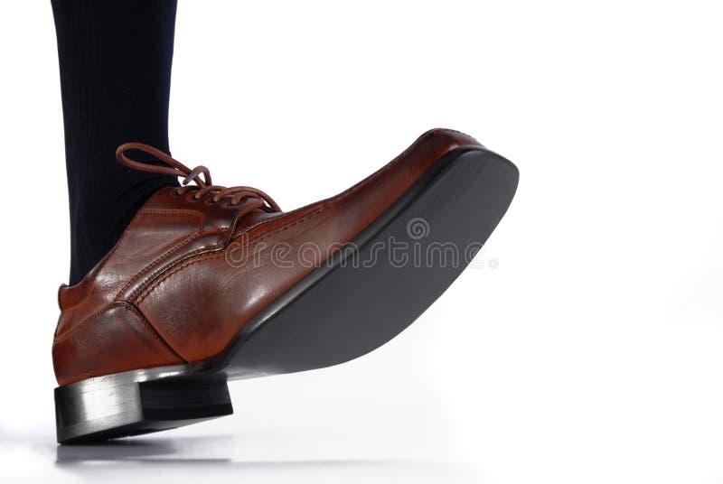 Close-up da sapata masculina que pisa no fundo branco imagens de stock royalty free