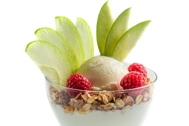 Close up da sobremesa saudável com gelado, framboesa e muesli foto de stock royalty free