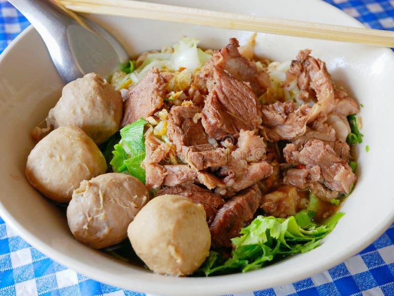 Close up da sopa de macarronetes fresca com carne cozido Guay Tiao alimento delicioso e saudável de Nuea - da rua em Tailândia imagens de stock