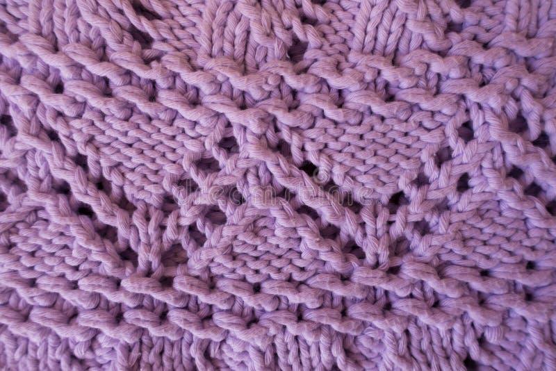Close up da tela feita malha feito a mão da alfazema com teste padrão de ziguezague fotografia de stock