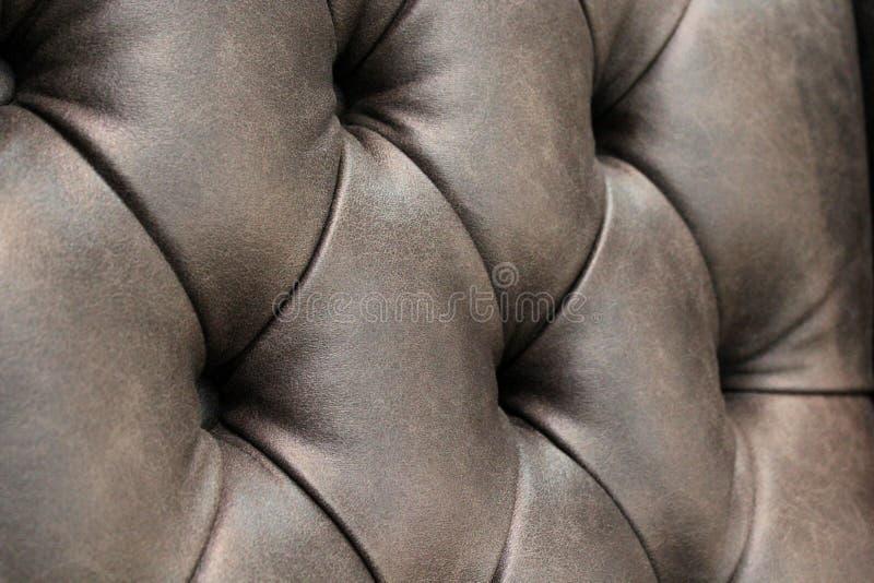Close-up da textura de couro elegante com botões Fragmento de uma cadeira clássica fotografia de stock