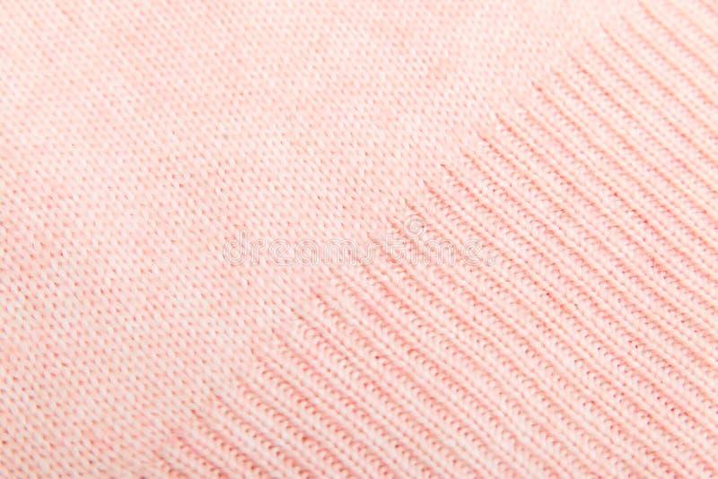 Close up da textura feita malha rosa da tela la?os faciais meias com agulhas de confec??o de malhas e a linha de l? cor-de-rosa foto de stock