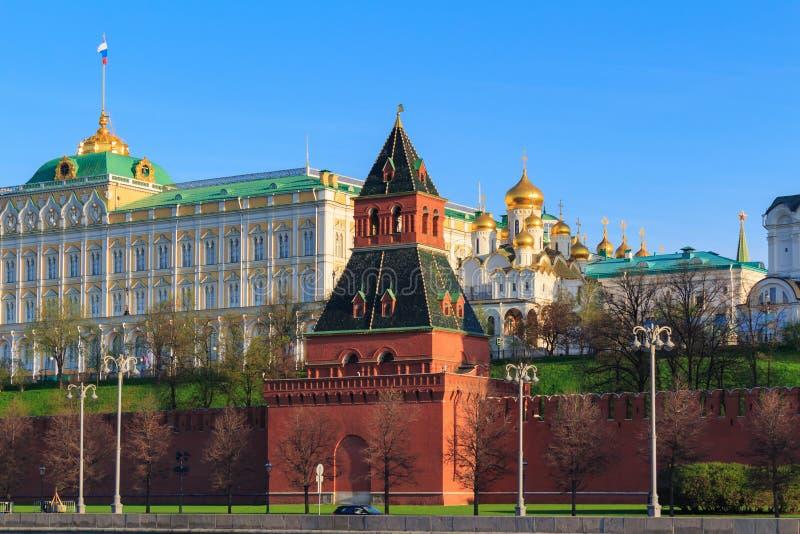 Close up da torre de Taynitskaya no fundo de construções do Kremlin de Moscou fotografia de stock royalty free