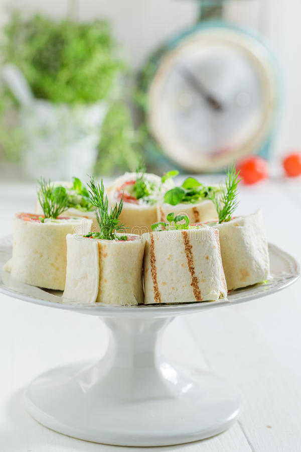 Close up da tortilha com vegetais e queijo foto de stock