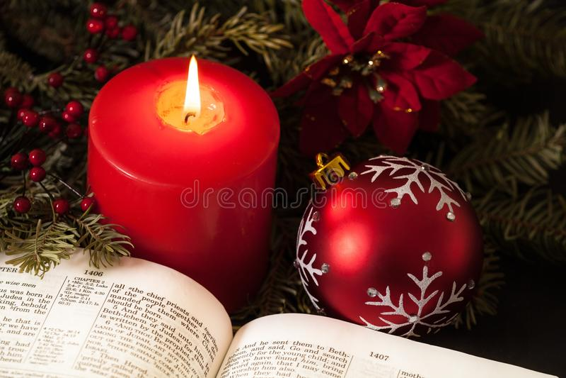 Close-up da vela e da Bíblia do Natal imagens de stock