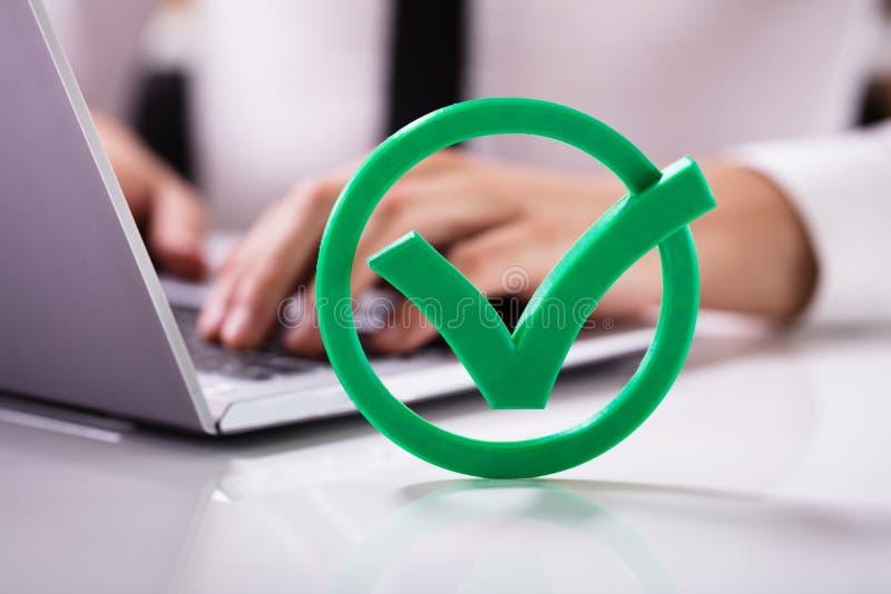 Close-up da verificação verde Mark Sign imagens de stock
