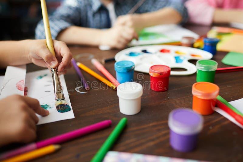 Close up das crianças que pintam em Art Class imagens de stock royalty free