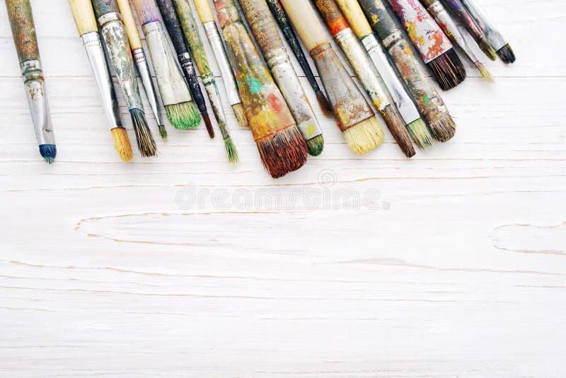 Close up das escovas de pintura do artista fotos de stock