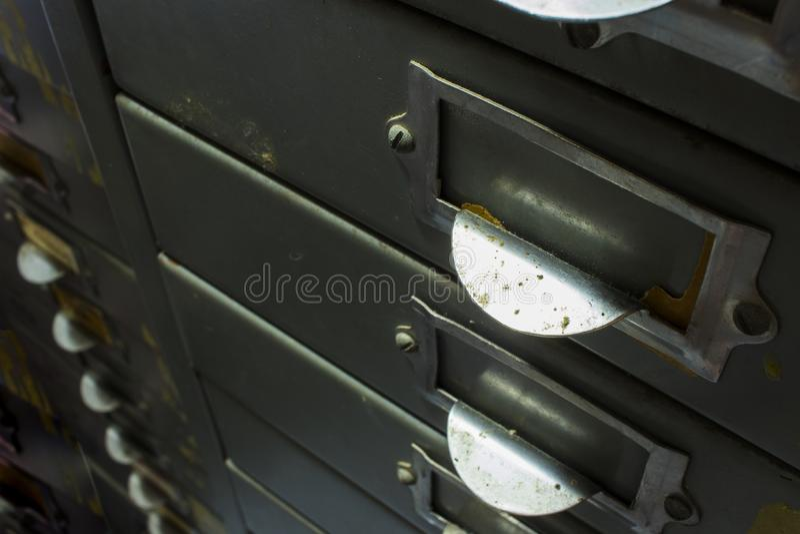 Close up das fileiras de a?o do arquivo do arm?rio de arquivo, gaveta do documento imagem de stock royalty free