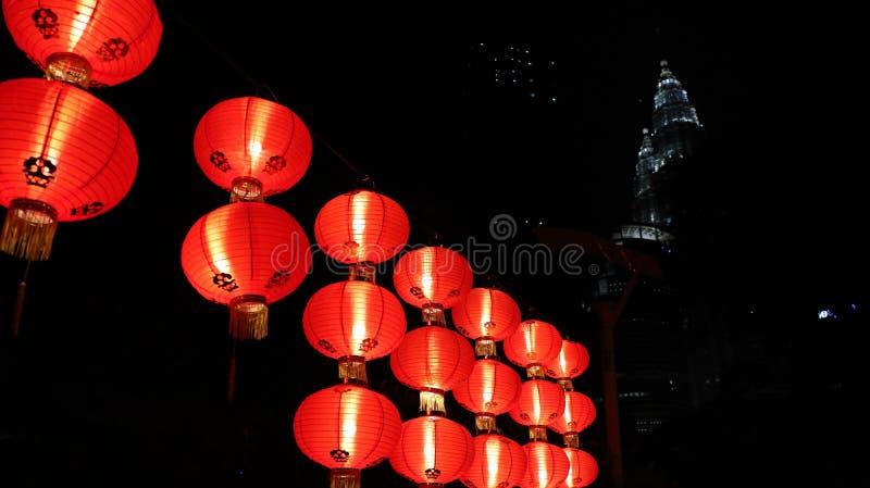 Close up das lanternas de papel na noite com construção alta no fundo fotografia de stock